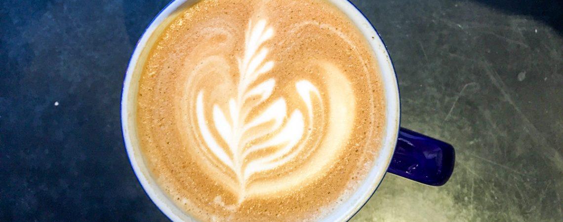 """Kuvassa """" Johtoryhmän kokous ja kahvihetki - kaksi eri asiaa """". Artikkelissa 7 vinkkiä pk-yrityksen johtoryhmän aktivointiin"""